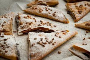 משולשים מבצק פילו במילוי נוטלה, שבבי בוטנים ואבקת סוכר